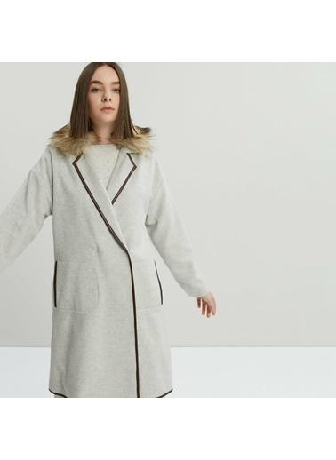 Yargıcı Kürk Yakalı Deri Biyeli Palto Gri